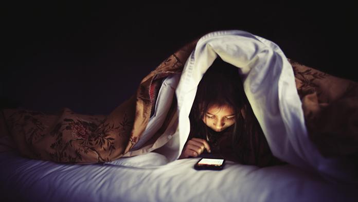 Usar el celular en la noche afecta el metabolismo